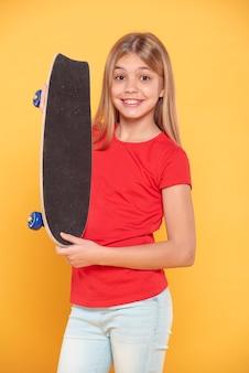 Menina sorridente com skate