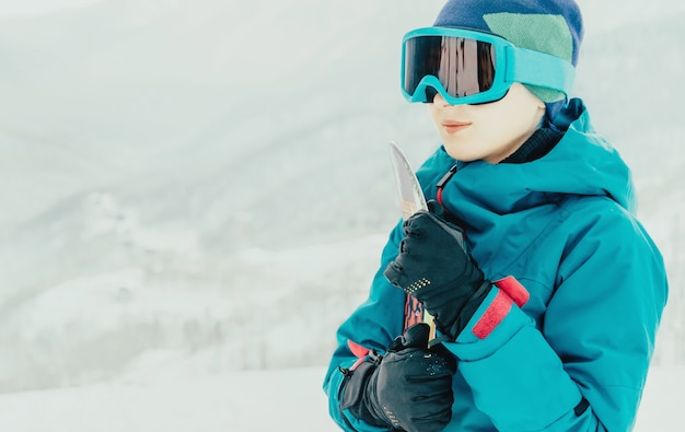 Menina sorridente com snowboard no inverno