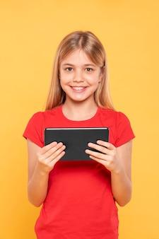 Menina sorridente com tablet