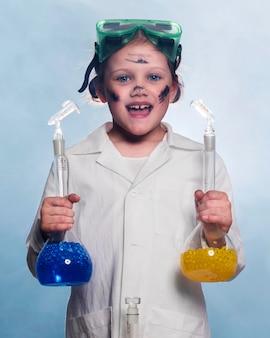 Menina sorridente com tubos de sceince