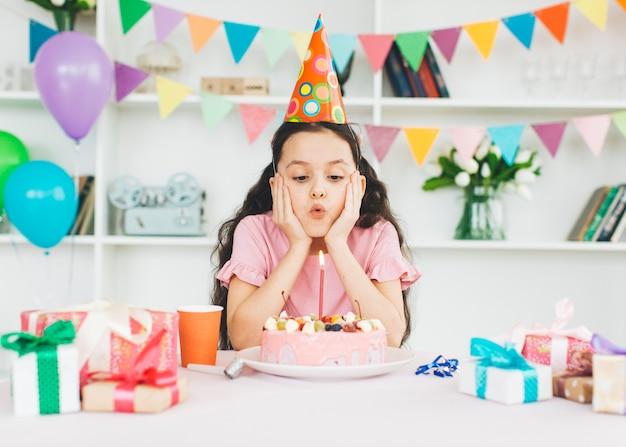 Menina sorridente, com, um, bolo aniversário