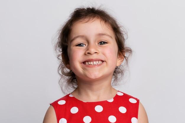 Menina sorridente com um vestido vermelho
