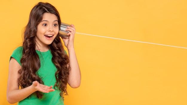 Menina sorridente com walkie-talkie