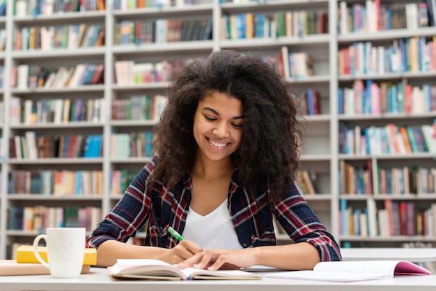 Menina sorridente concentrada no estudo