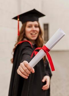 Menina sorridente de close-up com diploma
