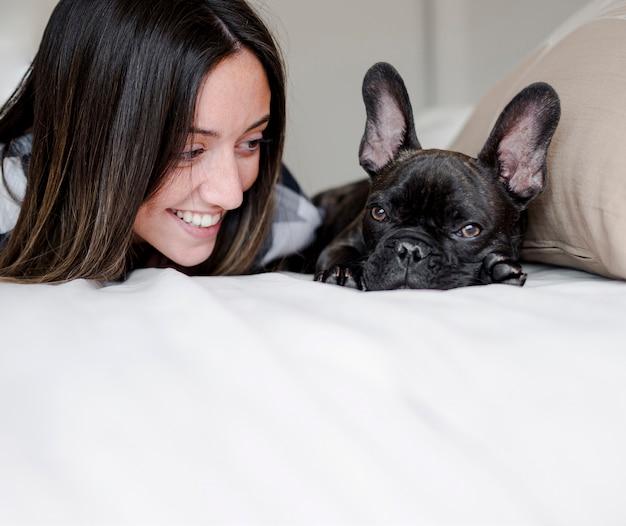 Menina sorridente de close-up com seu bulldog francês