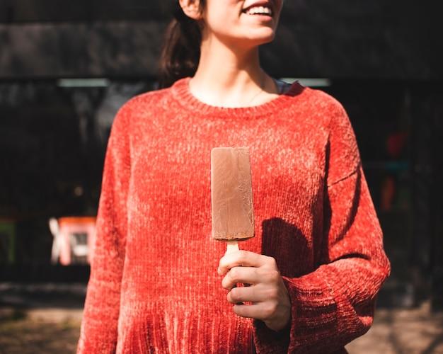 Menina sorridente de close-up com sorvete