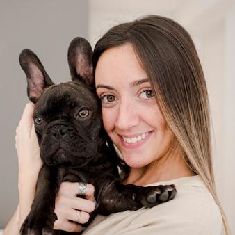 Menina sorridente de close-up e seu cachorrinho