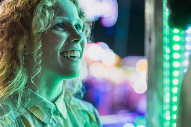 Menina sorridente de close-up, olhando para alguém