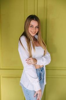 Menina sorridente de fitness vestindo jeans azul e blusa branca
