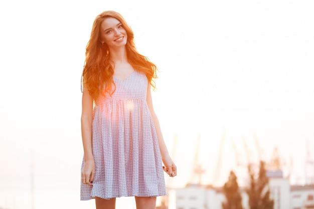 Menina sorridente de gengibre no vestido