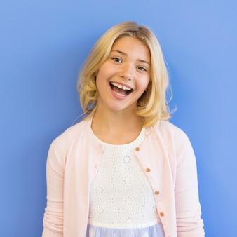 Menina sorridente de retrato