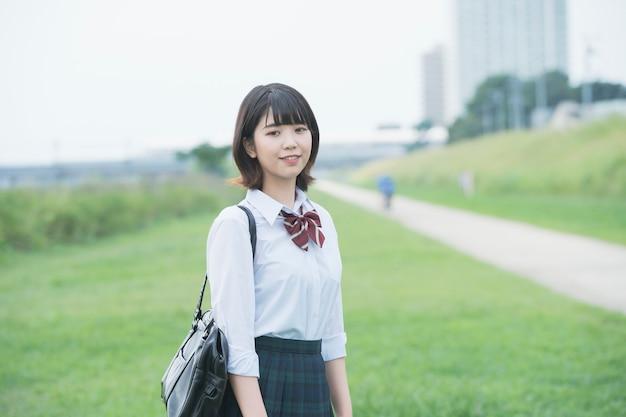 Menina sorridente do ensino médio