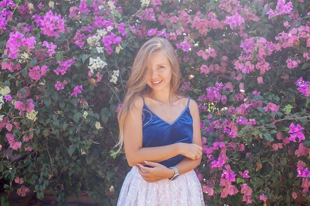 Menina sorridente e flores em flor