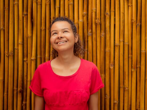 Menina sorridente em bambu