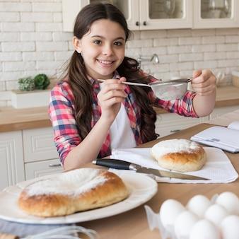 Menina sorridente em casa cozinhando
