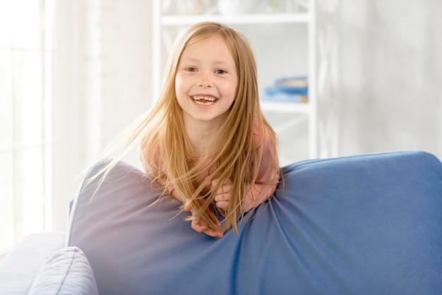 Menina sorridente em casa