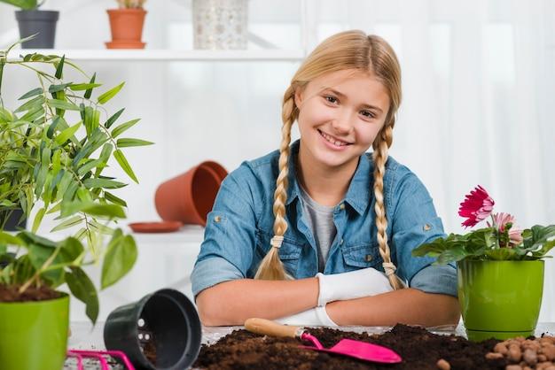 Menina sorridente em estufa
