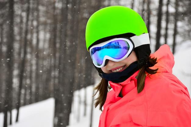 Menina sorridente, em, snowboard, óculos