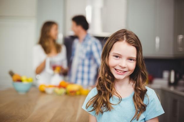Menina sorridente em uma cozinha