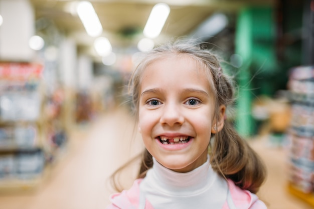 Menina sorridente, felicidade em pet shop