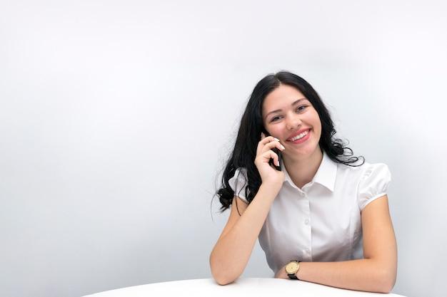 Menina sorridente feliz com telefone