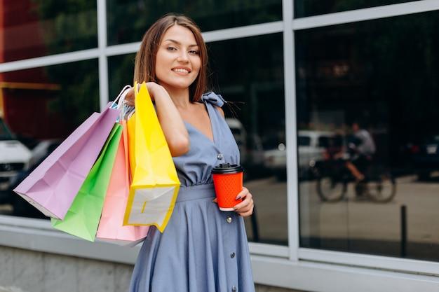Menina sorridente feliz depois de fazer compras