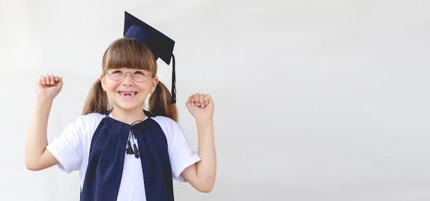 Menina sorridente feliz em uniforme escolar com espaço de cópia