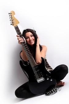 Menina sorridente feliz tocando violão