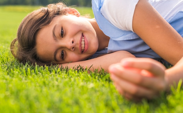 Menina sorridente, ficar na grama
