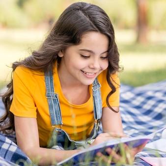 Menina sorridente lendo