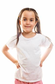 Menina sorridente na camiseta branca, isolada em um fundo branco