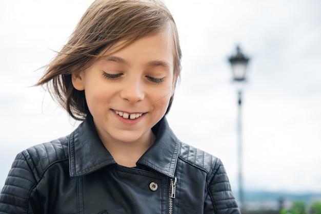 Menina sorridente na jaqueta de couro
