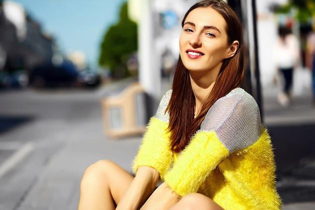 Menina sorridente no fundo desfocado da rua
