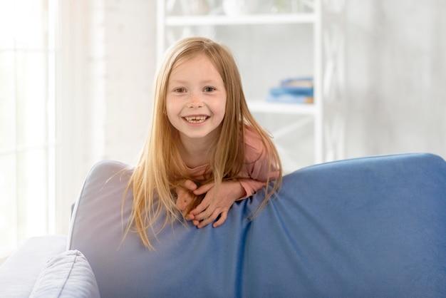 Menina sorridente no sofá
