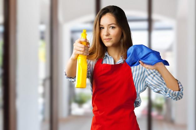 Menina sorridente pronta para limpeza