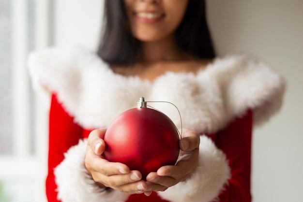 Menina sorridente, segurando, bauble natal