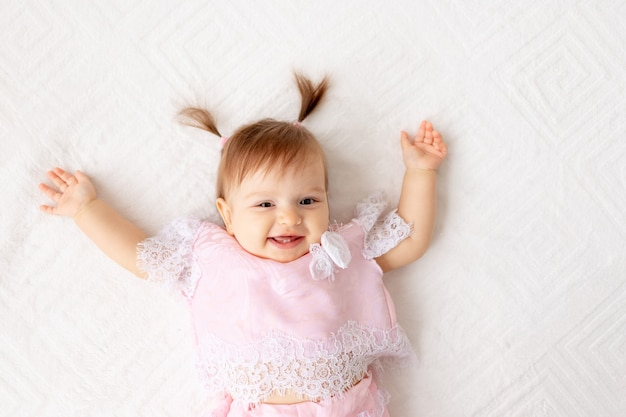 Menina sorridente sentada na cama