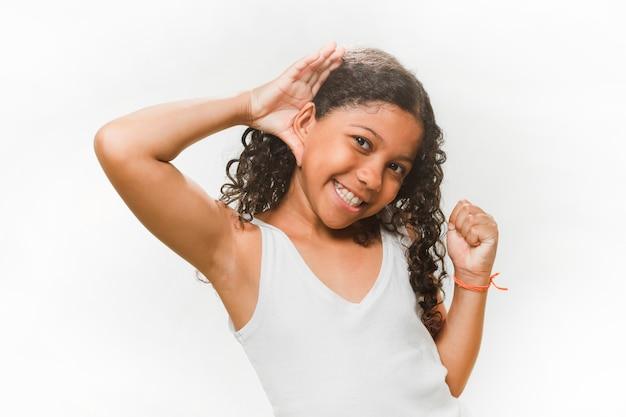 Menina sorridente tentando ouvir sobre fundo branco