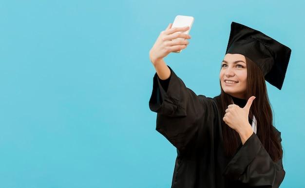 Menina sorridente tomando selfie