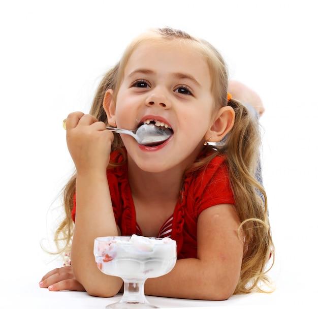 Menina sorridente tomando sorvete