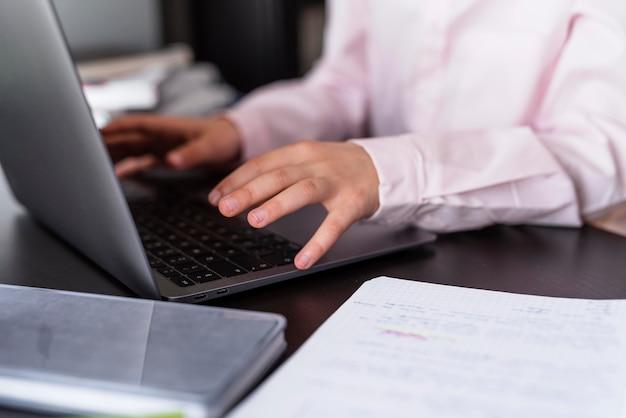 Menina sorridente usando seu teclado de notebook