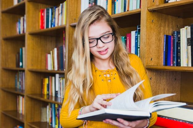 Menina sorridente, virando, páginas, de, livro