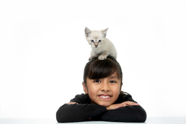Menina sorrindo com gatinho branco