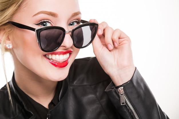 Menina, sorrindo, com, maquiagem, óculos