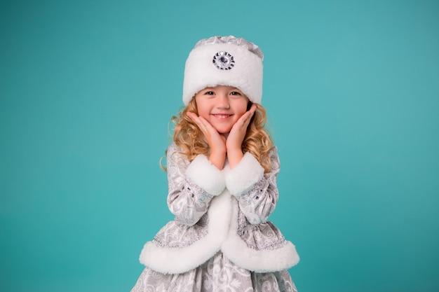Menina sorrindo em traje de donzela de neve