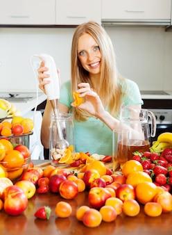Menina sorrindo fazendo bebidas de frutas