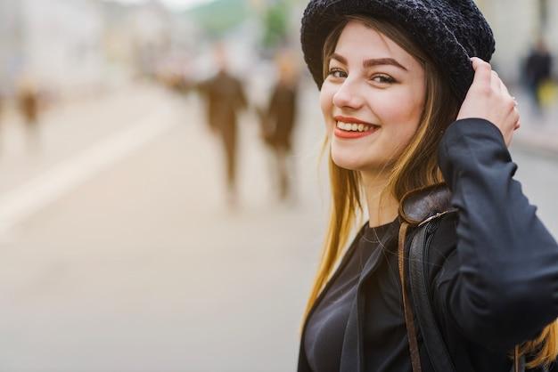 Menina sorrindo na rua