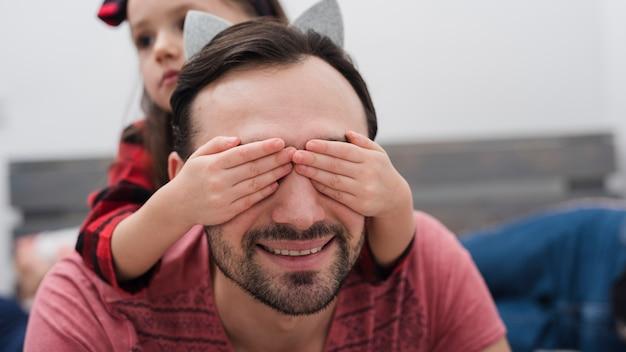 Menina surpreendendo o pai dela