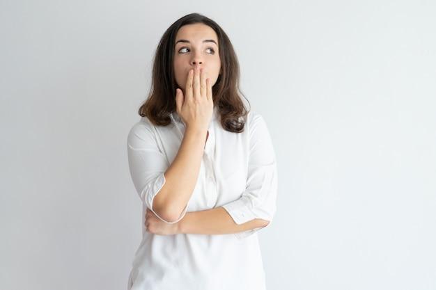 Menina surpreendida espantada que aprende o segredo e que mantém o silêncio.